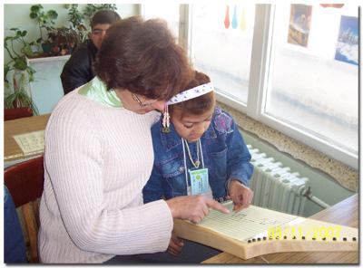 Kinder mit Behinderung mit Veeh-Harfe im Unterricht