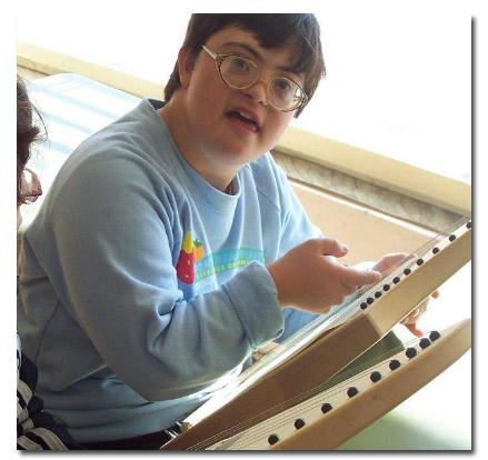 Kind mit Down-Syndrom mit Veeh-Harfe